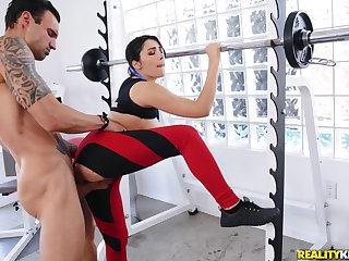 Horny dude gets laid with a sporty bitch right down at the gym
