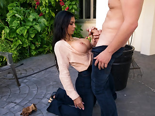 Oral sex with a MILF in a garden